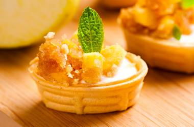 Small basket with cheese mousse and apples