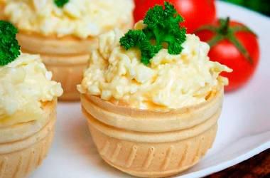 Вафельный кошик с сырным кремом