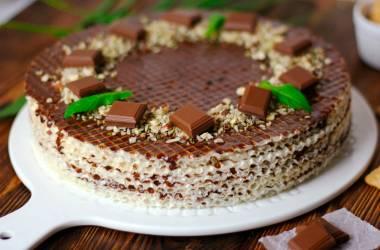 Вафельный торт с шоколадом и орехами