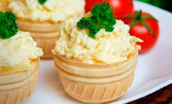 Wafer basket with cream cheese