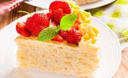Торт со сливочным кремом и клубникой